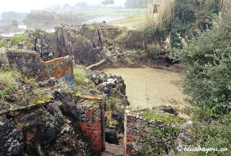 """Ruine am Strand entlang des Wanderwegs """"Ruta de la Costa""""."""