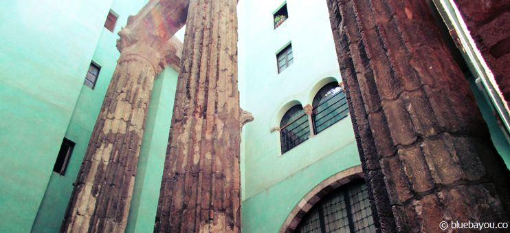 Über 2.000 Jahre alte Säulen, die während der Free Walking Tour der Travel Bar in Barcelona besucht werden.