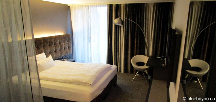 Das große Zimmer im Saks Design Hotel in Kaiserslautern.