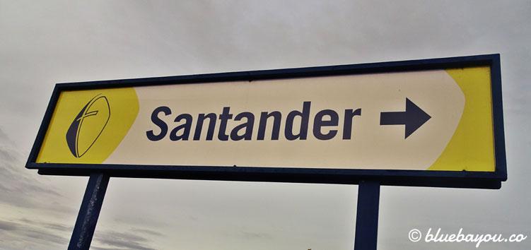 Schild nach Santander am Bahnhof in Barreda.