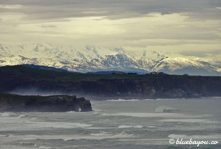 Der Parque Nacional de los Picos de Europa mit dem Meer im Vordergrund.