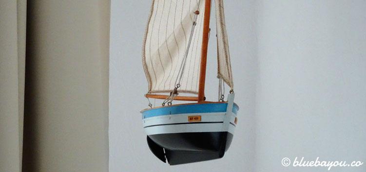 Hängende Segelschiff-Dekoration in meiner Ferienwohnung in Schleswig-Holstein.