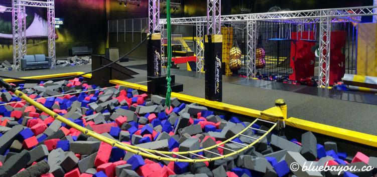 Die Balance-Area und der Ninja Parcours im Hintergrund im Superfly Air Sports Dortmund.