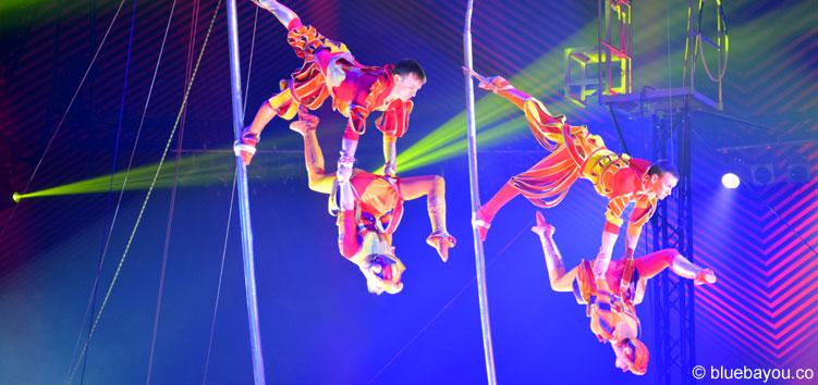 The Historians begeistern die Zuschauer mit Akrobatik an teils auf der Stirn balancierten Stangen.