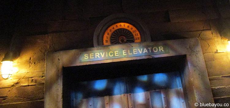 In diesem Service Elevator des Tower of Terror im Disneyland Paris erlebt man einen echten freien Fall.