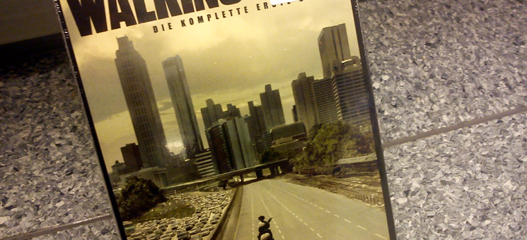 "DVD-Cover der ersten Staffel ""The Walking Dead"" mit Downtown-Blick in Atlanta."