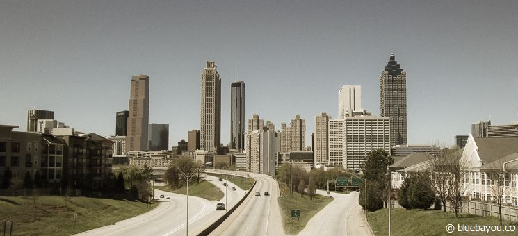 """Der Ausblick von der Jackson Street Bridge in Atlanta auf die Downtown-Skyline als Coverbild der ersten Staffel """"The Walking Dead""""."""