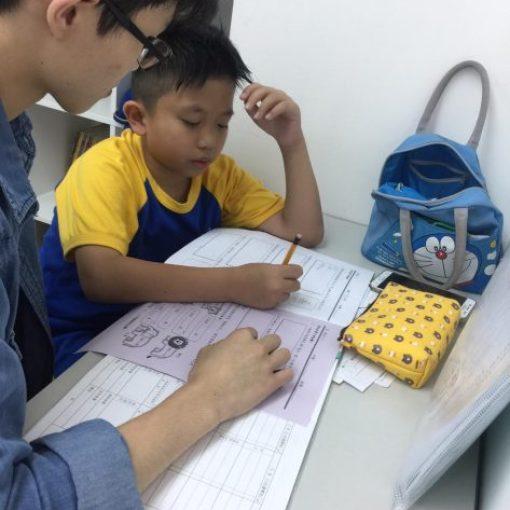 補習老師努力和同學溫習