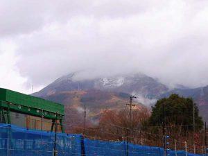 伊吹山も中腹まで雪