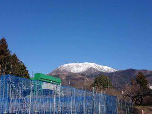 白い雪が映える伊吹山