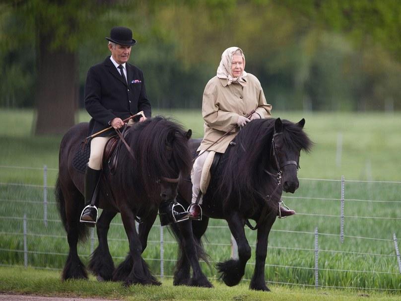 queen-elizabeth-on horseback