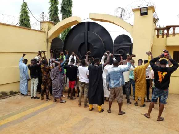 TWO LECTURERS , 28 Others ARRESTED FOR INTERNET FRAUD IN Kwara state.