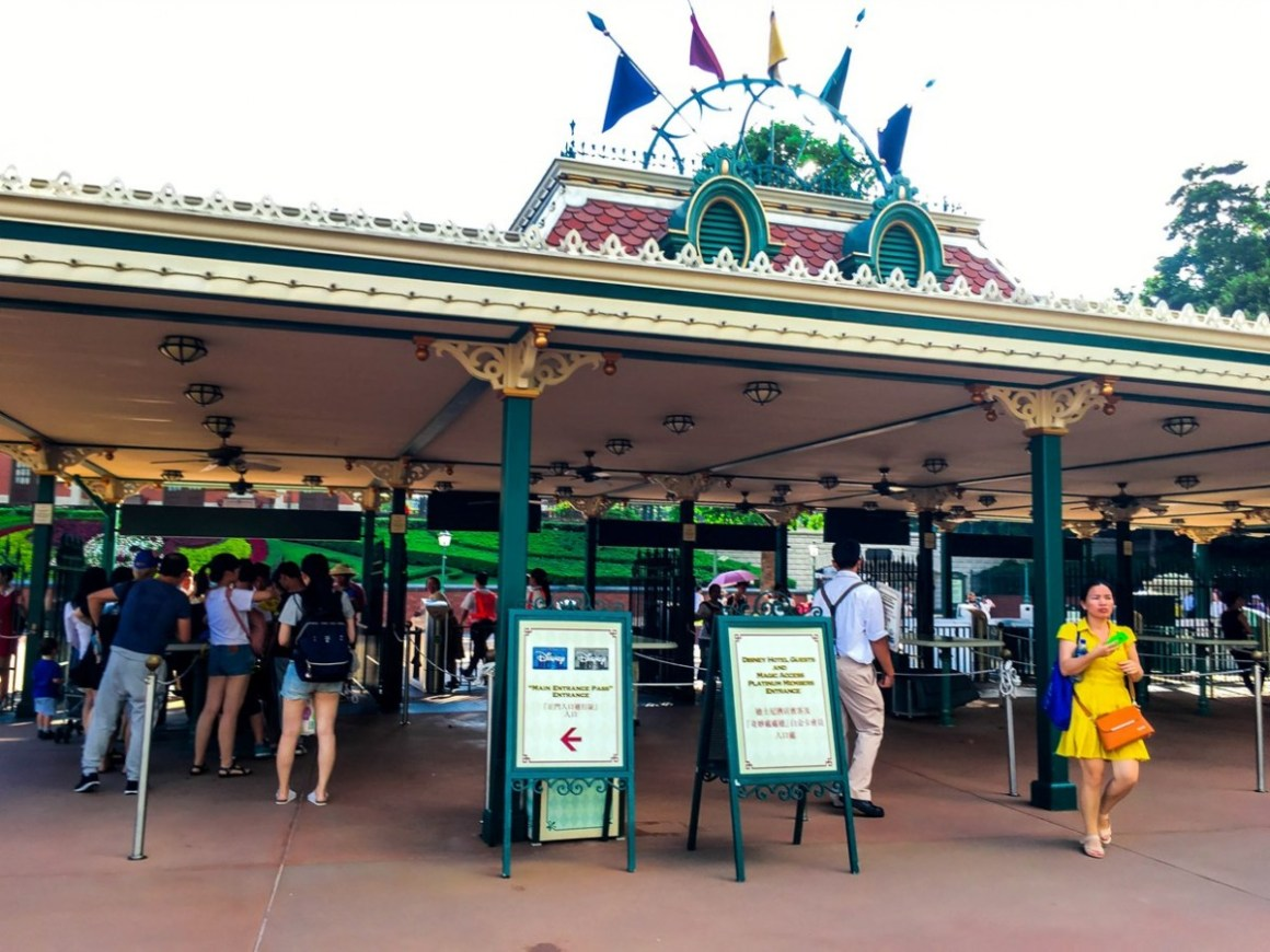 A second entrance gate/turnstile at HK Disneyland