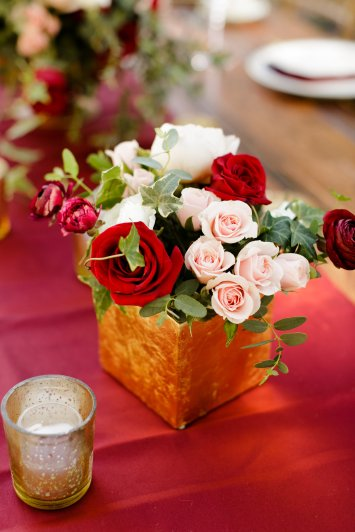 Accent pieces in gold cubes to fill the table with flowers finish this look.