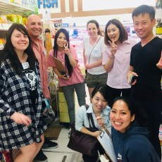 お買い物ツアーで集合写真。A group photo at the shopping tour.