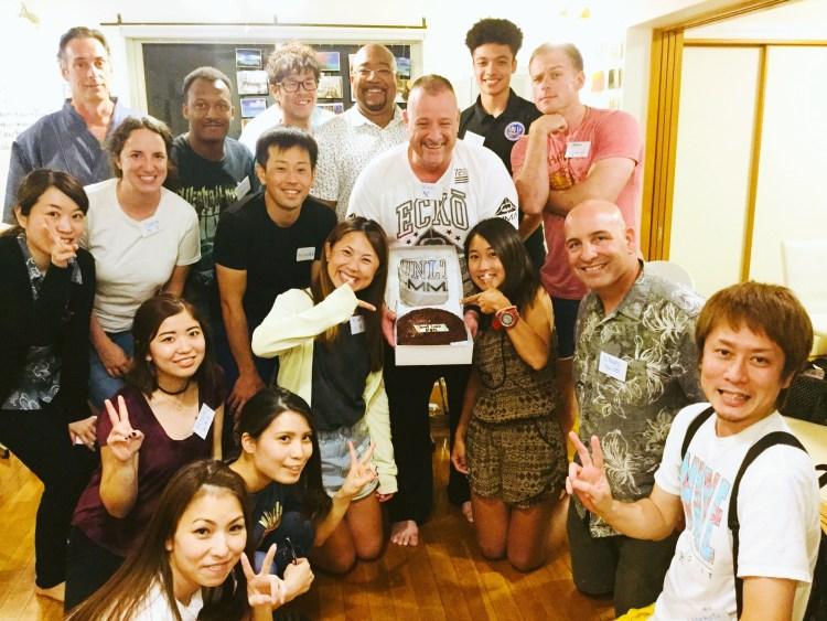 ケンさんの送別会での集合写真。A group photo from Ken san's farewell.