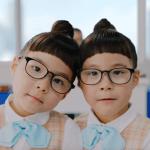 メソッドCMの子役は誰?双子の女の子がお団子頭と眼鏡でOL風!