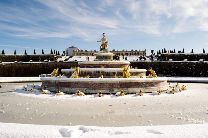 Vodomet prekrit s snegom v Versaillesu