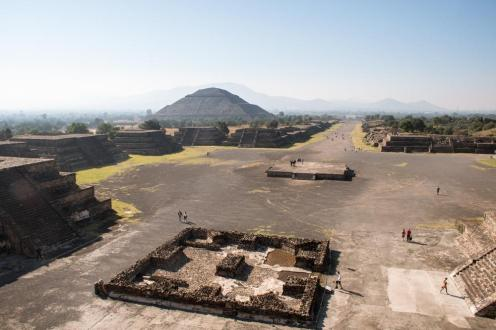 Pogled s piramide lune na kompleks Teotihuacan - piramede in razvaline