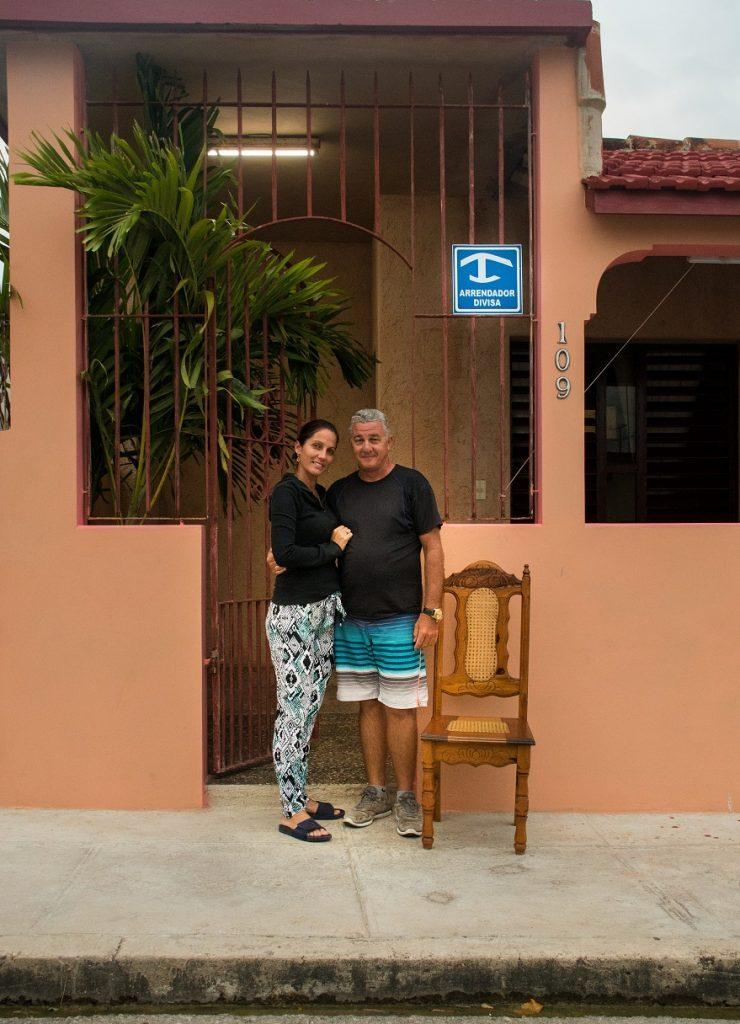 Nuirka in Osvaldo pred njuno hiško