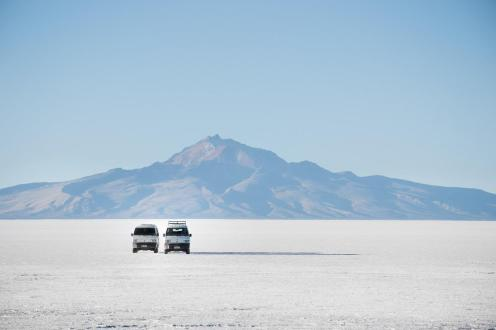 Potepuški nasveti za Salar de Uyuni - vulkan ob puščavi in avta pred njim