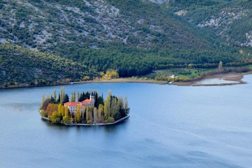 Roadtrip po balkanu - Samostan Visovac - samostan na otočku, sredi reke Krka