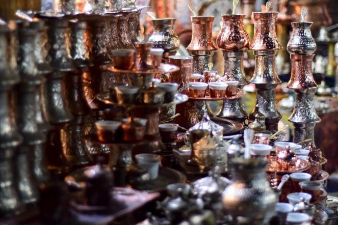 Cela fotografija so srebrne in bronaste džezve (Baščaršija, Sarajevo)
