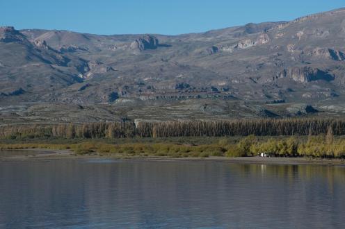 Jezero in kombi v daljavi