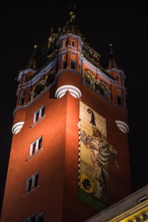 Rdeči in okrašeni stolp Rathausa v Baslu