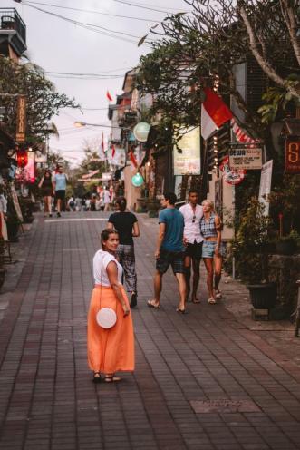 S slavno ubud torbico in v oranžnem krilu na ulicah Ubuda