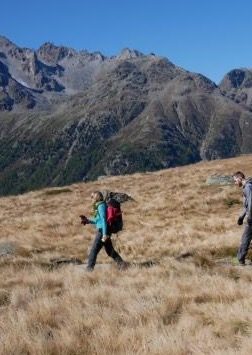 Bild eines Wanderers in einer trockenen Steppe mit Bergen im HIntergrund