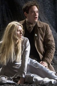 Claire Danes and Charlie Cox as Yvaine and Tristan, seated.