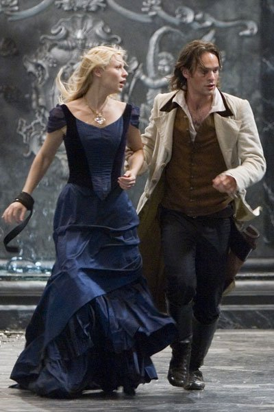 Claire Danes and Charlie Cox as Yvaine and Tristan, running.