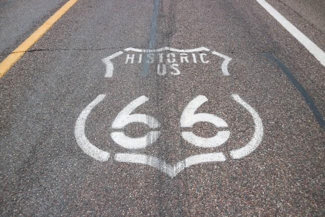 セリグマンにある道路上のルート66サイン