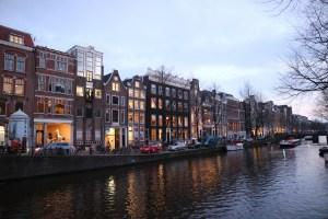 アムステルダムの街並みと運河