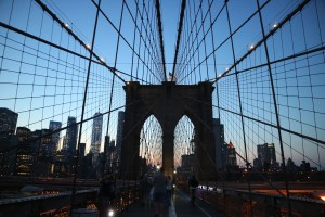 夕暮れ時のブルックリン橋