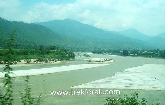 Srinagar on the way to Gonidghat. This is Alaknanda River.
