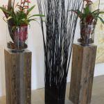 pflanzen_und_gefaesse_holzsockel_braun_vase_glas