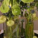 pflanzen_und_gefässe_tischschmuck_vase_hoch_blueten_blaetter_gruen