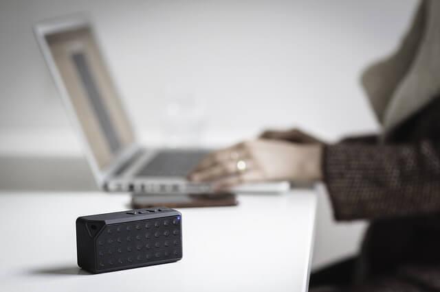 Bluetooth-kaiutin pöydällä