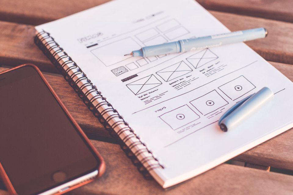 ホームページのワイヤーフレームをノートに描いたイメージ