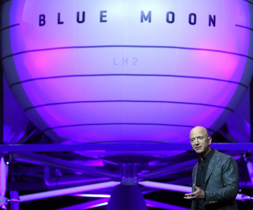 Jeff Bezos, owner of Blue Origin, introduces a new lunar landing module called Blue Moon during an event at the Washington Convention Center, May 9, 2019 in Washington, DC - MARK WILSON / ©AFP