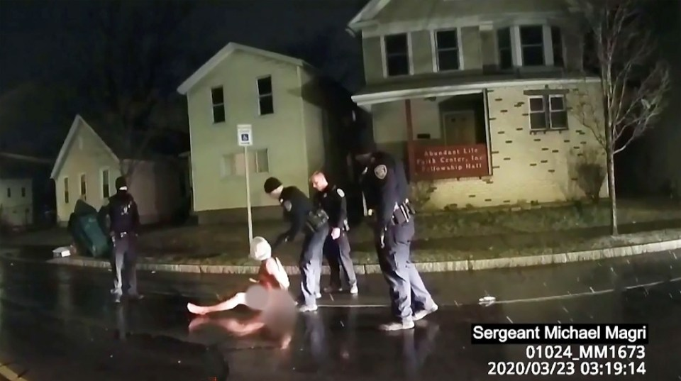 This image taken from police bodycam video released by the Rochester, New York, Police Department, shows police arresting Daniel Prude on March 23, 2020 after putting a hood on his head - - / ©AFP