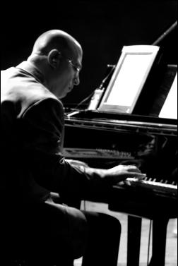 Mike Garson. Image taken by Alex Boyd in Paris 2006, Public Domain per Alex Boyd.