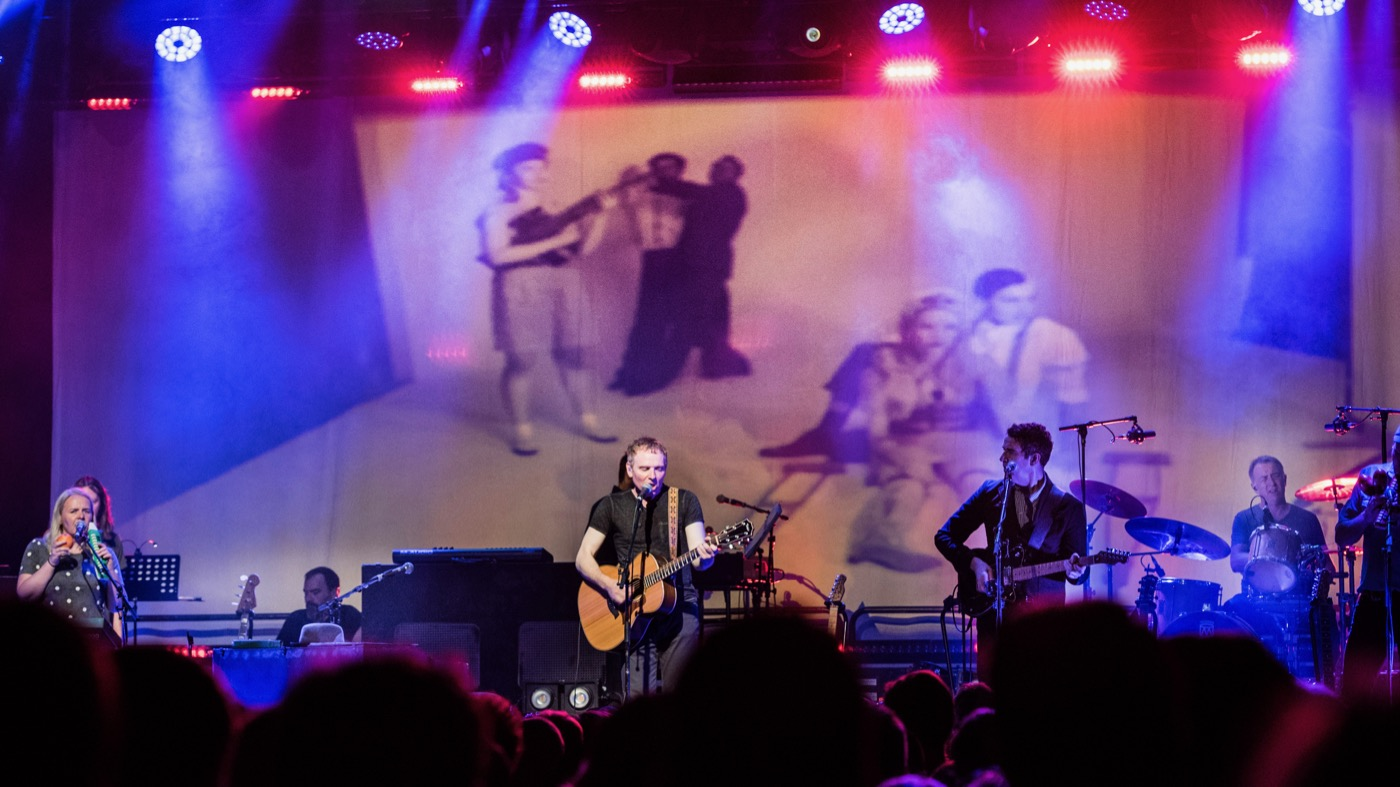 Belle and Sebastian at Brooklyn Steel 7/10/19. Photo by Vivian Wang (@Lithophyte) for www.BlurredCulture.com.
