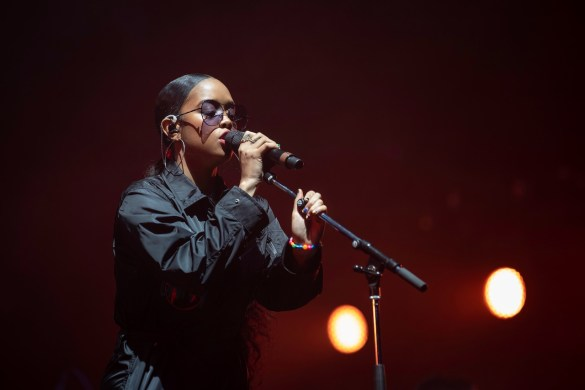 H.E.R. @ Intersect Music Festival 12/6/19. Photo by Derrick K. Lee, Esq. (@Methodman13) for www.BlurredCulture.com.