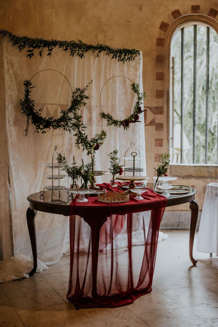 vajdahunyadvára esküvő, burgundy esküvői dekor,Vajdahunyadvára, esküvő, köszöntő tábla, burgundy esküvő, arany dekor, desszertasztal