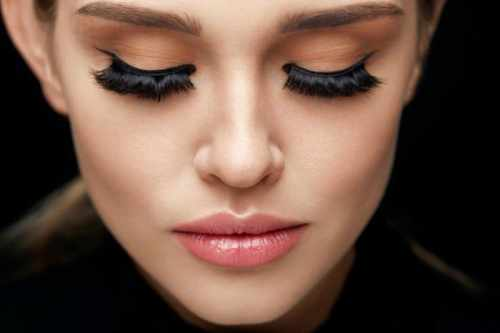9 Tips and Tricks to Master the Winged Eyeliner Look 3
