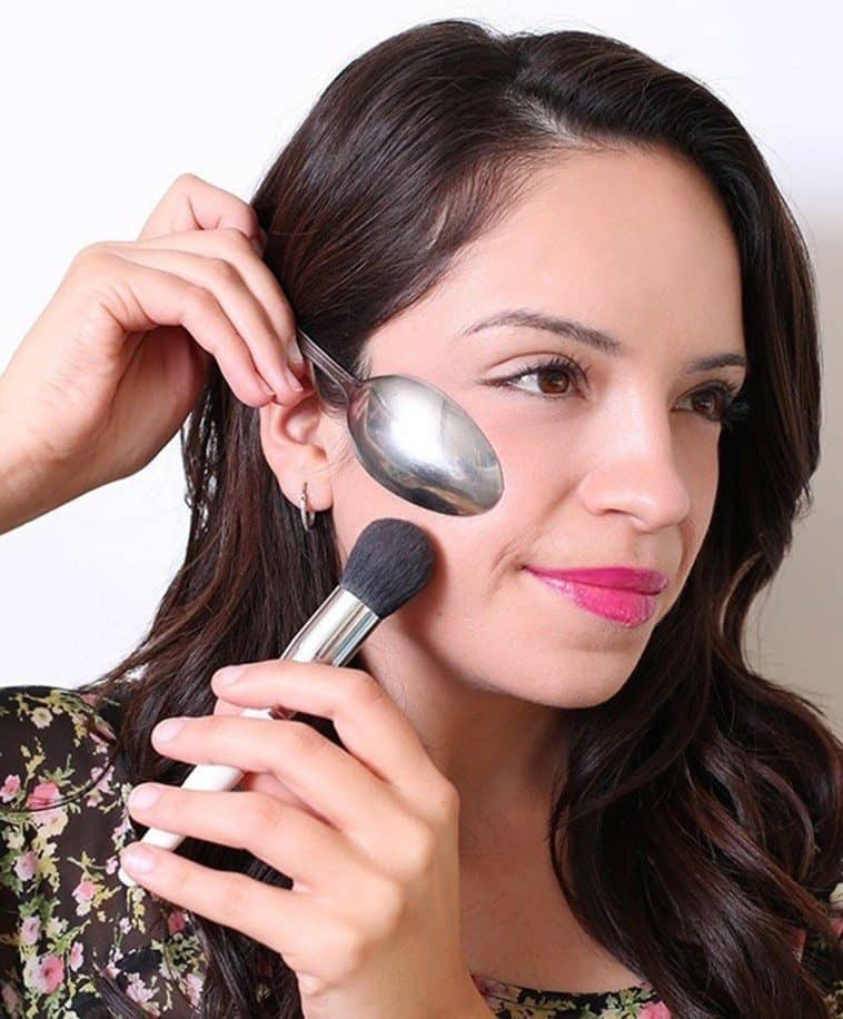 How you can use a spoon as a makeup instrument 10