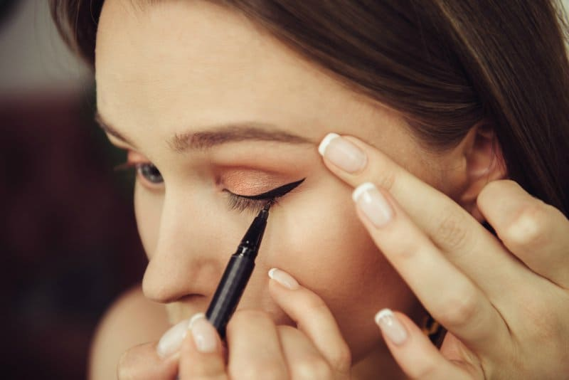 7 Steps To Eyeliner Application 8